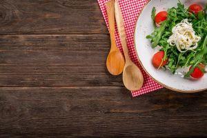Mit tesz az arc, ha a tányérról figyel?