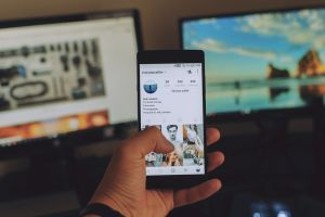 NMHH-felmérés: a telefonon internetezők kétharmada már éjjel-nappal a neten lóg