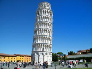 Már építése közben elkezdett dőlni a pisai ferde torony