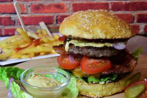 Gigantikus, tizenkétezer kalóriás hamburgert kínál egy brit kocsma