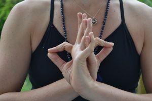 Jótékony kéztartás a fájdalomcsillapításban